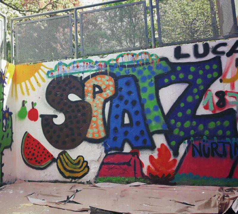 Freie Schule SPATZ - Außenbereich mit Graffiti