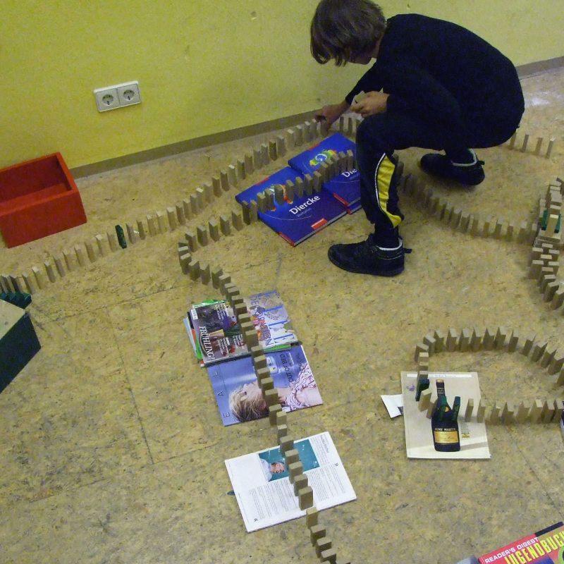 Freie Schule SPATZ - Kind mit Dominosteinen