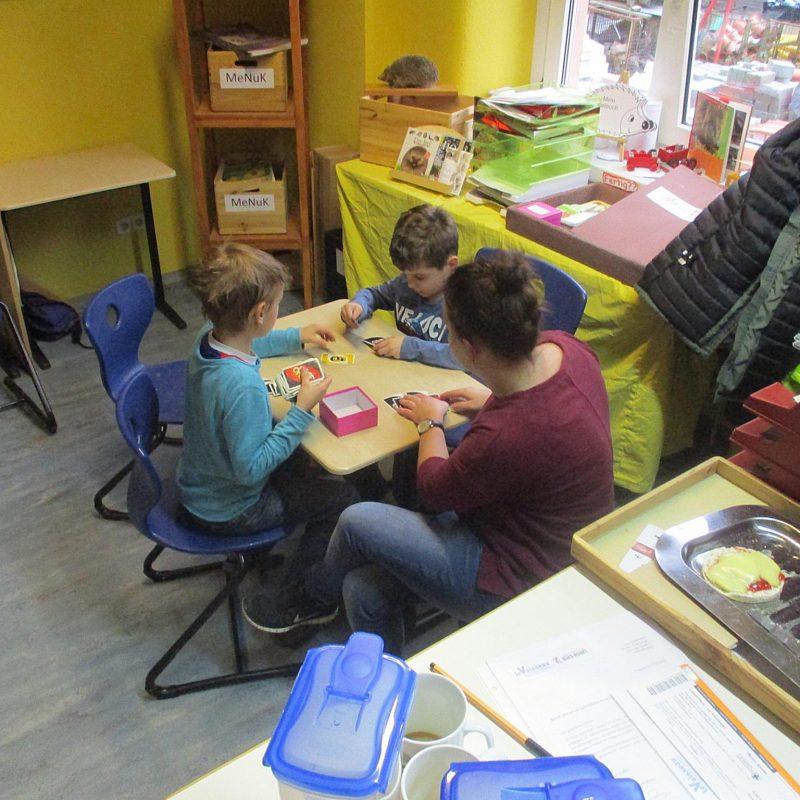 Freie Schule SPATZ - Kinder beim Malen